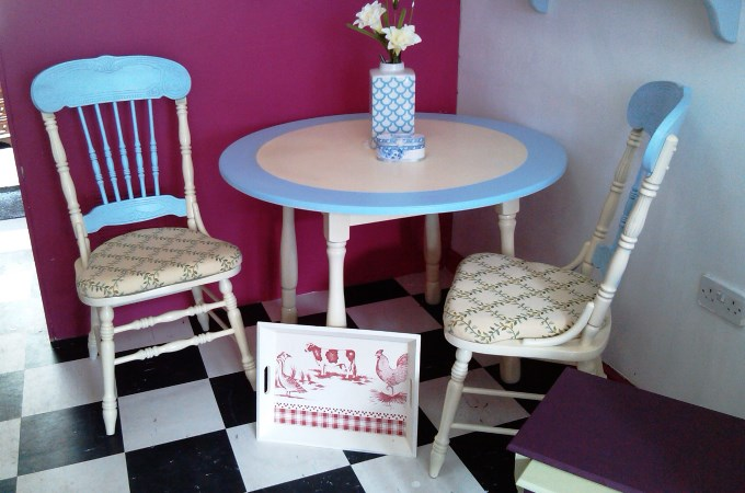 Charlies Andover - Table and Chairs