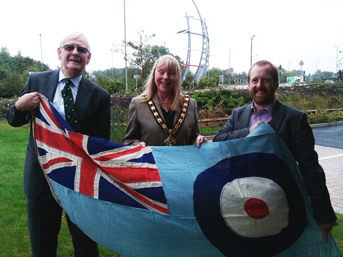 Cllr Ian Carr, Mayor Jan Lovell, Sculpture Chris Brammall