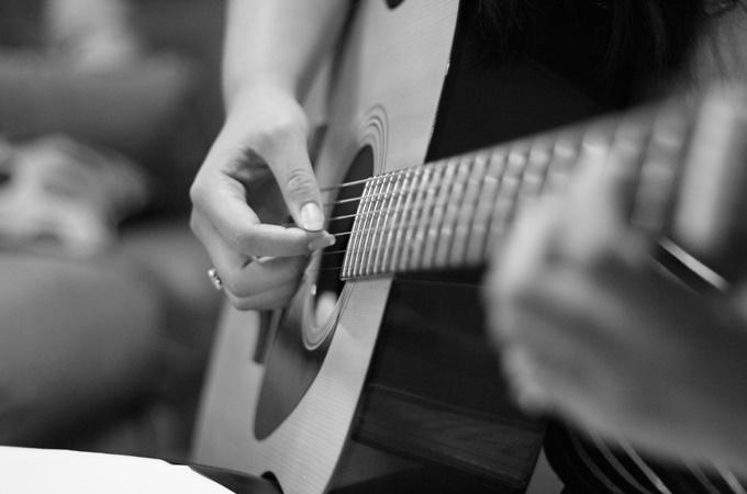 Live Music - Guitarist Mono