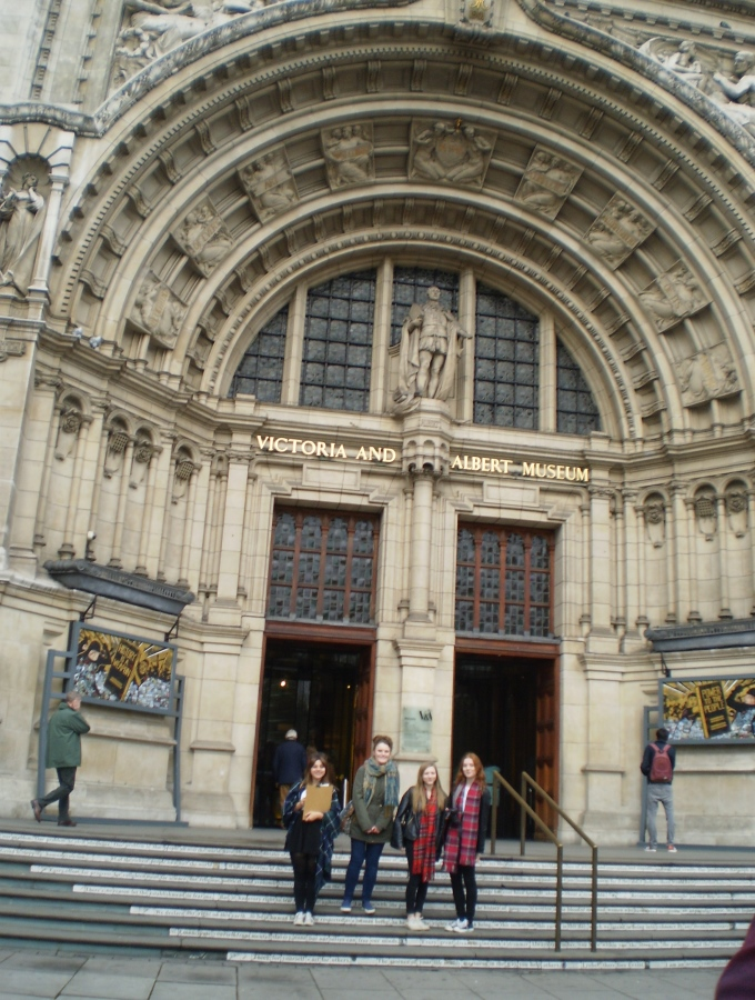 Harrow Way Art Students Outside the V&A Museum